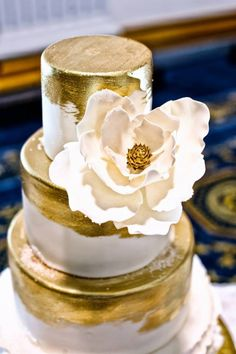 White Wedding Cakes 48 Eye-Catching Wedding Cake Ideas - La Fabrik À Gâteaux ! - We pulled together some snapshots of our favorite wedding cakes from the Delicately Delicious bakery to inspire you. Find your favorites below and Pin away! White Wedding Cakes, Beautiful Wedding Cakes, Beautiful Cakes, Amazing Cakes, Cake Cookies, Cupcake Cakes, Magnolia Cake, Gold Cake, Gold Foil Cake