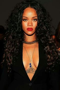 Rihanna long curly hair and black lips Moda Rihanna, Rihanna Mode, Rihanna Riri, Rihanna Style, Rihanna Makeup, Rihanna Red Lipstick, Red Lipstick Outfit, Rihanna 2014, Hair Beauty
