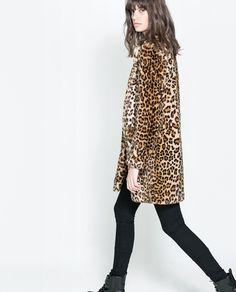 Look con abrigo de estampado de leopardo. Leopard print coat outfit.