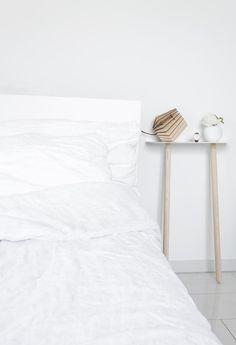 Weißes Schlafzimmer Mit Schlichtem Nachttisch. #white #interior # Schlafzimmer #bettwäsche #living