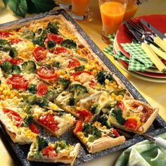 Our popular recipe for vegetable cake with sour cream and more than other free recipes on LECKER. Vegetable cake with sour cream recipe DELICIOUS Christa Krone christakrone Rezepte Our popular recipe for vegetable cake with sour cream and Vegetarian Pizza Recipe, Deep Dish Pizza Recipe, Tartiflette Recipe, Law Carb, White Pizza Recipes, Vegetable Cake, Vegetable Quiche, Sour Cream Cake, Popular Recipes