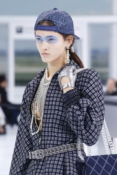 En materia de make up, la intensa semana de la moda en París,  mostó los más variados estilos: desde un look nude casi a cara lavada como se vio en Balenciaga hasta una máscara de sombra celeste como presentó Chanel. Los ojos esfumados se vieron en muchas de las presentaciones, a veces en tonos delicados (Valentino, Dior o Chloé) y en otras ocasiones de una manera más intensa (Lanvin).