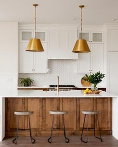 Modern Spanish Kitchen Inspiration - Casa Watkins Living We're planning our kitchen renovation and transforming an orange tone kitchen into a modern Spanish beauty! See these modern Spanish kitchen inspirations. Interior Modern, Kitchen Interior, Kitchen Decor, Coastal Interior, Eclectic Kitchen, Interior Design, Kitchen Layout, Spanish Kitchen, New Kitchen