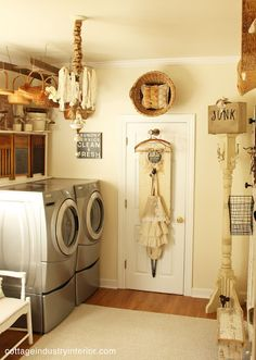 Country Farmhouse Laundry Room Home - clever ways to decorate your home using vintage flea market finds salvaged materials and lots of creativity - via Junk Chic Cottage Primitive Laundry Rooms, Country Laundry Rooms, Farmhouse Laundry Room, Country Farmhouse, Farmhouse Design, Country Decor, Country Living, French Country, Junk Chic Cottage
