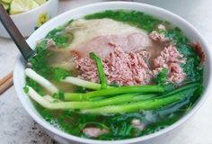 Quick Beef Pho Recipe – How to make a quick and delicious Beef Pho bowl Vietnamese Street Food, Vietnamese Cuisine, Vietnamese Recipes, Beef Noodle Soup, Beef And Noodles, Hanoi, Pho Bowl, The Bo, Pho Recipe