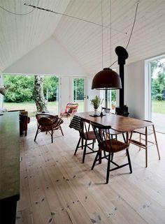 I sommerhalvåret skifter Tine, Anders og deres tre børn lejligheden på Nørrebro ud med livet midt mellem træerne i sommerhuset i Kulhuse.