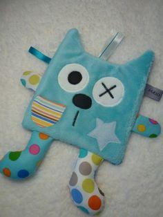 Doudou plat chat bleu blanc multicolore • Tissu poilu bleu pour l'envers •…
