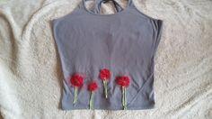 Macchia di candeggina coperta da fiori rossi
