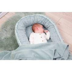Das Zewi Bébé-Jou Babynest ist weich und vermittelt während des Schlafs ein warmes und gemütliches Gefühl. Die Grösse kann mit einem Schnurzug geändert werden. Die ideale Form verhindert ein Herausrollen Ihres Babys. Paper Plane, Baby Center, Form, Bassinet, Bebe, Baby Nest, Crib, Paper Planes, Baby Crib