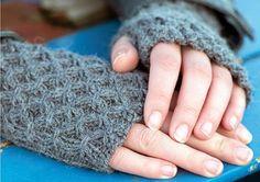 Handledsvärmare och torgvantar ger en skön värme utan att vara i vägen. De är perfekta under kyliga vårdagar, och de finaste stickar du sjäv. Fingerless Mittens, Knit Mittens, Yarn Crafts, Diy And Crafts, Free Knitting, Knitting Patterns, Wrist Warmers, Free Pattern, Knit Crochet