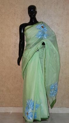 Pure Organdy Hand Painted Saree - Floral Pattern all Over Fabric Painting Tutorial: Within this tuto Saree Painting Designs, Fabric Paint Designs, Hand Painted Sarees, Hand Painted Fabric, Cutwork Saree, Saree Floral, Simple Sarees, Elegant Saree, Fabric Painting