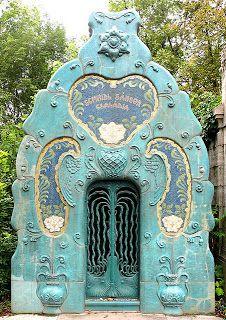 Tumba de la familia Schmidl en el cementerio judío,  Budapest. En colaboración con Bela Lajta, 1903. Odon Lechner es, sin lugar a dudas, la figura más representativa de la arquitectura de la Secesión en Budapest y en algunas ciudades de la antigua Hungría.