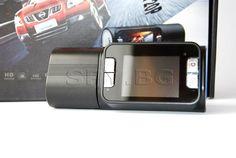 HD спортна камера  :  Тази камера с инфрачервена подсветка и висока резолюция е подходяща за заснемане на пътувания, майсторски шофирания, както и за ежедневна употреба. Въртящата се глава на камерата Ви дава възможност бързо да промените гледната точка от пътя в купето на автомобила.Записите в AVI формат се записват върху microSD карта (няма в комплекта) и можете да ги гледате както на екрана на камерата, така и на персоналния си компютър.