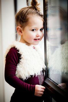 Kinderfotografie raam Strijp Eindhoven. Foto door Marijke Krekels Fotografie