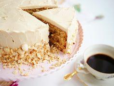Saftig kaffetårta med kaffefrosting och rostade hasselnötter