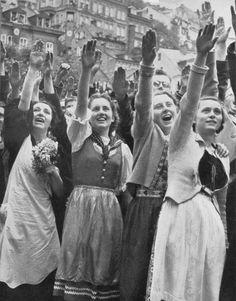 Mit den Truppen zieht der Führer in das Sudentenland ein. Am 3. Oktober 1938 spricht der Führer in alten deutschen Eger.