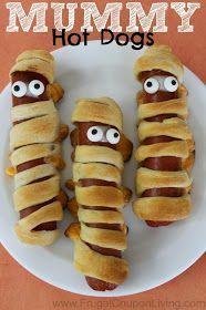 Halloween Mummy Hot Dogs using Crescent Rolls - these make a yummy Halloween Dinner. Halloween Mummy Hot Dogs using Crescent Rolls - these make a yummy Halloween Dinner. Halloween Party Snacks, Entree Halloween, Hallowen Food, Halloween Movie Night, Halloween Treats For Kids, Halloween Appetizers, Halloween Food For Party, Halloween Cupcakes, Costume Halloween