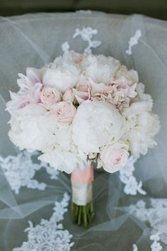 This white and pink wedding bouquet is so elegant! Photo: Jasmine Lee