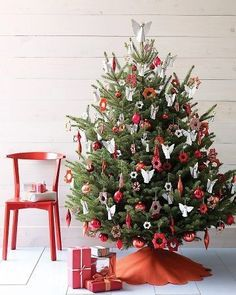 "25 Gorgeous Christmas Tree Decorating Ideas from Martha Stewart"" data-componentType=""MODAL_PIN Noel Christmas, Christmas Themes, Christmas Tree Decorations, White Christmas, Christmas Tree Ornaments, Christmas Crafts, Simple Christmas, White Ornaments, Diy Ornaments"