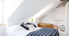 Pequeño ático con amplia terraza interiores espacios pequeños estilo y diseño nórdico escandinavo distribución diáfana Diseño de interiores de lofts y áticos decoración en blanco Decoración de interiores cocinas pequeñas cocinas blancas blog decoracion interiores