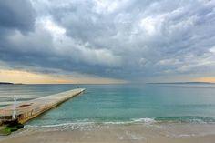 La digue de Golfe Juan dans les Alpes Maritimes un jour d'orage