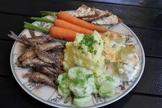 Huvilaelämää ja mökkiruokaa: Suvun paras resepti: Paistetut tuoreet muikut, perunamuusi ja hölskytyskurkut