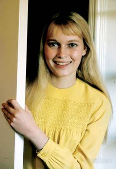 Mia Farrow Nell at about 17 when she comes to America Mia Farrow, Golden Age Of Hollywood, Classic Hollywood, Hollywood Actresses, Actors & Actresses, Maureen O'sullivan, Rosemary's Baby, Angeles, Fashion Themes