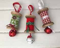 Weihnachten-Spule hängen Dekorationen Vintage wooden spools with festive twist! A lovely touch to any Christmas tree! Available in red, green or gingham.Measuring approximately 10 cm, not including hanging ribbon.Please state which design colours you. Christmas Ornaments To Make, Christmas Sewing, Homemade Christmas, Christmas Projects, Holiday Crafts, Christmas Crafts, Christmas Decorations, Christmas Tree, Hanging Decorations