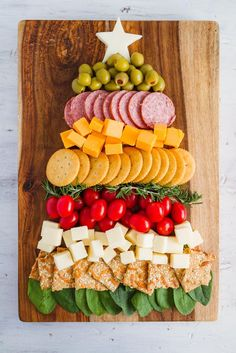 I made this adorably yummy Christmas Tree Cheese and Cracker Tray last year for and it's been my favorite ever since! I'm headed to my second Christmas party of the season tomorrow and I'm brining this! What's your go to holiday party food? Christmas Cheese, Christmas Buffet, Christmas Party Food, Christmas Brunch, Xmas Food, Christmas Cooking, Christmas Goodies, Christmas Desserts, Christmas Treats