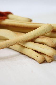 Si narra che i grissini, di origine Torinese, sono stati inventati da un panettiere nel 1679 per poter nutrire il futuro re Vittorio Amedeo II che fin dalla nascita soffriva di disturbi intestinali causati dall' incapacità di digerire la mollica del pane. Il grissino croccante divenne il pane preferito in casa Savoia, anche oggi conosciuto e apprezzato in tutto il mondo sopratutto per la loro croccantezza