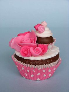 Cupcake on a Cupcake - too cute. Would be great to use a chocolate truffle in that top cup, instead of a ball of fondant.