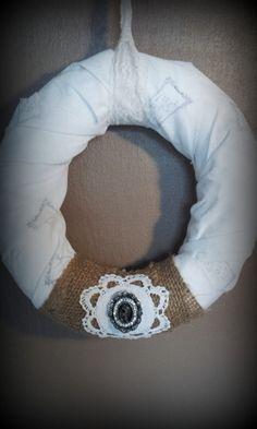 *Von mir in liebevoller Handarbeit hergestellter Kranz im Shabby/Vintage-Look.*    Unterlage ist ein Strohkranz den ich mit weißem bestempeltem Sto...