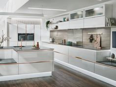 Trends change with the seasons, so it is important to stay up to date with the latest kitchen designs and trends when you are planning a new kitchen. Open Plan Kitchen, Kitchen Layout, Diy Kitchen, Kitchen Decor, Kitchen Ideas, Wren Kitchen, Glass Kitchen, Kitchen Interior, Layout Design