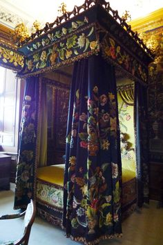 Burghley House, near Stamford, Lincolnshire, England. Black and Yellow Bedroom. Casa Burghley 23
