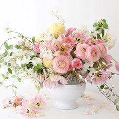 Romantic Table Arrangement Ideas with Beautiful Floral - TopDesignIdeas Unique Flowers, Fresh Flowers, Silk Flowers, Spring Flowers, Beautiful Flowers, Exotic Flowers, Pink Flower Arrangements, Flower Arrangement Designs, Art Floral