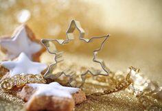 In der Weihnachtsbäckerei gibt es manche Leckerei… Ob Ausstechformen, Schneebesen oder Teigroller: Mit himmlischen Helfern aus Edelstahl Rostfrei gelingen köstliche Plätzchen, die uns die Vorfreude auf die Festtage versüßen. © WZV / emmi
