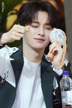 Lee Minho Stray Kids, Lee Know Stray Kids, Left And Right Handed, Leeteuk, Cat Dad, Kids Wallpaper, Lee Min Ho, Boy Bands, Boy Groups