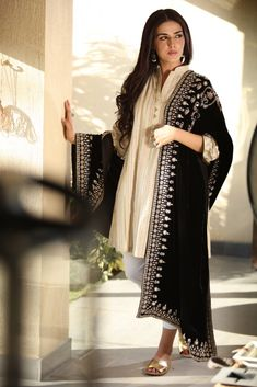 15 Trendy Shawl Styles That Will Keep You Warm Yet Equally Fashionable This Winter Pakistani Bridal Dresses, Pakistani Dress Design, Pakistani Outfits, Indian Outfits, Dress Indian Style, Indian Dresses, Indian Wear, Indian Designer Outfits, Designer Dresses