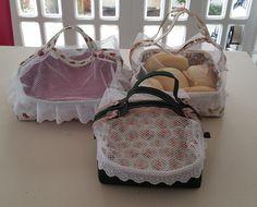 Porta pão de tecido com zíper. http://www.vivartesanato.com.br/2016/10/tutorial-diy-passo-a-passo-porta-pao-normal-e-pao-de-queijo-de-tecido.html