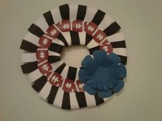 Football wreath made entirely from paper. For an easy game day craft! Football Crafts, Football Wreath, Home Crafts, Crafts For Kids, How To Make Wreaths, 4th Of July Wreath, Party Ideas, Game