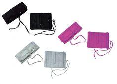 PORTA GIOIE PAILLETTES 3 COLORI. Porta gioielli rivestito in paillettes all'esterno con all'interno due tasche con chiusura a zip e ferma anelli in tre colori assortiti nero, fuxia e argento