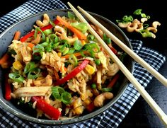 Lækker opskrift på stegte ris med kylling og grøntsager - en perfekt anledning til at få ryddet op i grøntsagsskuffen og få spist de ris, der blev til overs