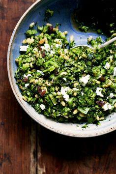 Quem é que disse que, no outono e no inverno, não apetece comer saladas? Esta delícia, do ótimo blog Yummy Beet, pode ser um excelente acompanhamento ou um jantar saudável e vegetariano, ideal para qu