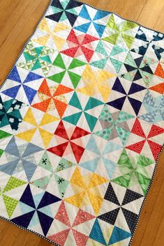 Pinwheel/ Windmill Crib Toddler Quilt in Primary Colors on Mostly Sewing Pinwheel Quilt Pattern, Boys Quilt Patterns, Quilting Patterns, Patchwork Baby, Patchwork Fabric, Quilting Tutorials, Quilting Projects, Sewing Projects