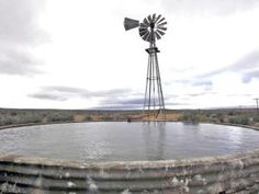 """Ons het heerlik saam met die plaasmaatjies in die damme in die Karoo geswem. Daarna moes die """"klere"""" nog droogword, voordat ons kon huistoe gaan. Dit was op plase soos Bo-tuin, Wilgerboom, Vaalhoek, ens. in die Calvinia distrik."""