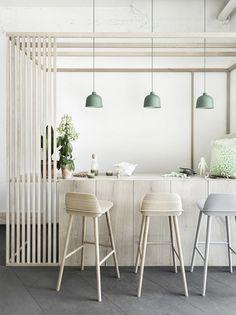Muuto och formgivaren Jens Fager har tagit fram pendeln Grain, med klassiskt minimalistisk design och en innovativ mix av material. Grain har, trots sitt väldigt enkla utseende, lyckats få en särskild karaktär tack vare den gryniga ytan som bjuder på en diskret förändring i både färg och skugga.