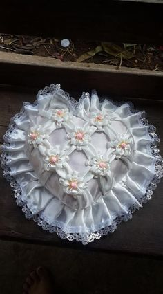 facebook.com Easy Sewing Projects, Diy Projects To Try, Sewing Crafts, Ribbon Embroidery, Embroidery Designs, White Christmas Ornaments, Swedish Embroidery, Smocking Patterns, Felt Diy