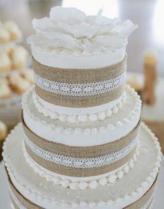 gâteau magnifique à 3 étages: toile de jute, dentelle et fleurs blanches