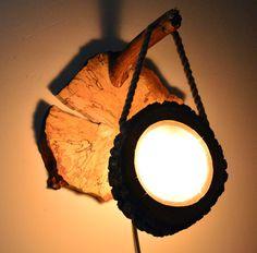 Naturalne drewno wraz z korą tworzy niepowtarzalny klimat, matowe szkło miękko oddaje światło halogenowej żarówki całość zawieszona na linie przewieszonej przez gałąź przymocowaną do plastra...