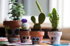 DIY Dia de los muertos pour vos cactus avec un do it yourself réalisé avec marqueurs Posca. Une jolie décoration mexicaine pour vos pots en terre cuite !                                                                                                                                                     Plus